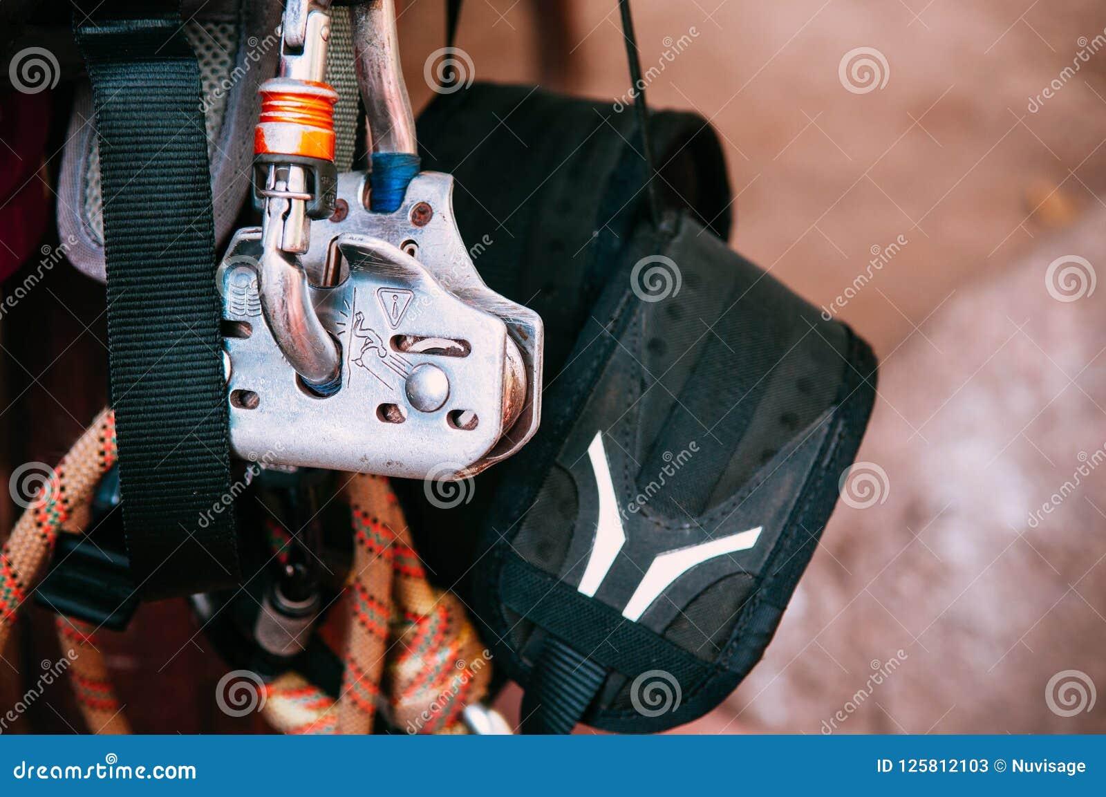 Sluit omhoog van het beklimmen van toesteluitrusting, het materiaal van de avonturensport