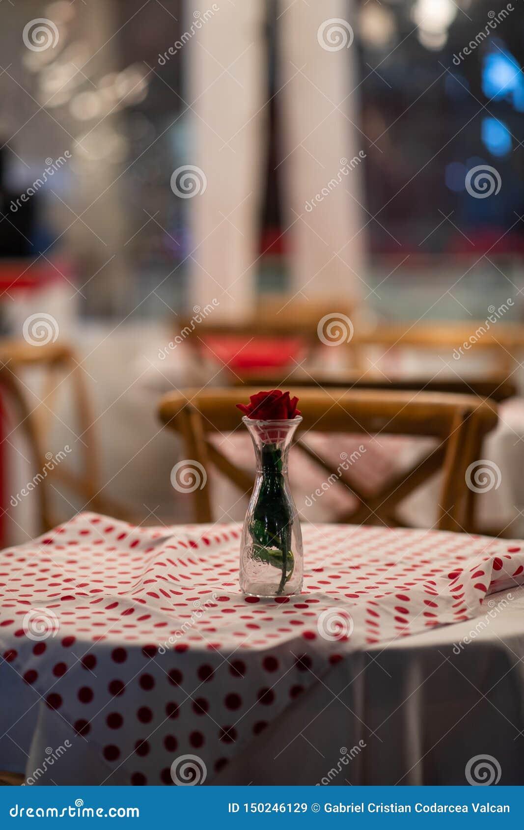 Sluit omhoog van het belangrijkste voorwerp van een Spaanse restaurantlijst met rood geruit tafelkleed en houten stoelen