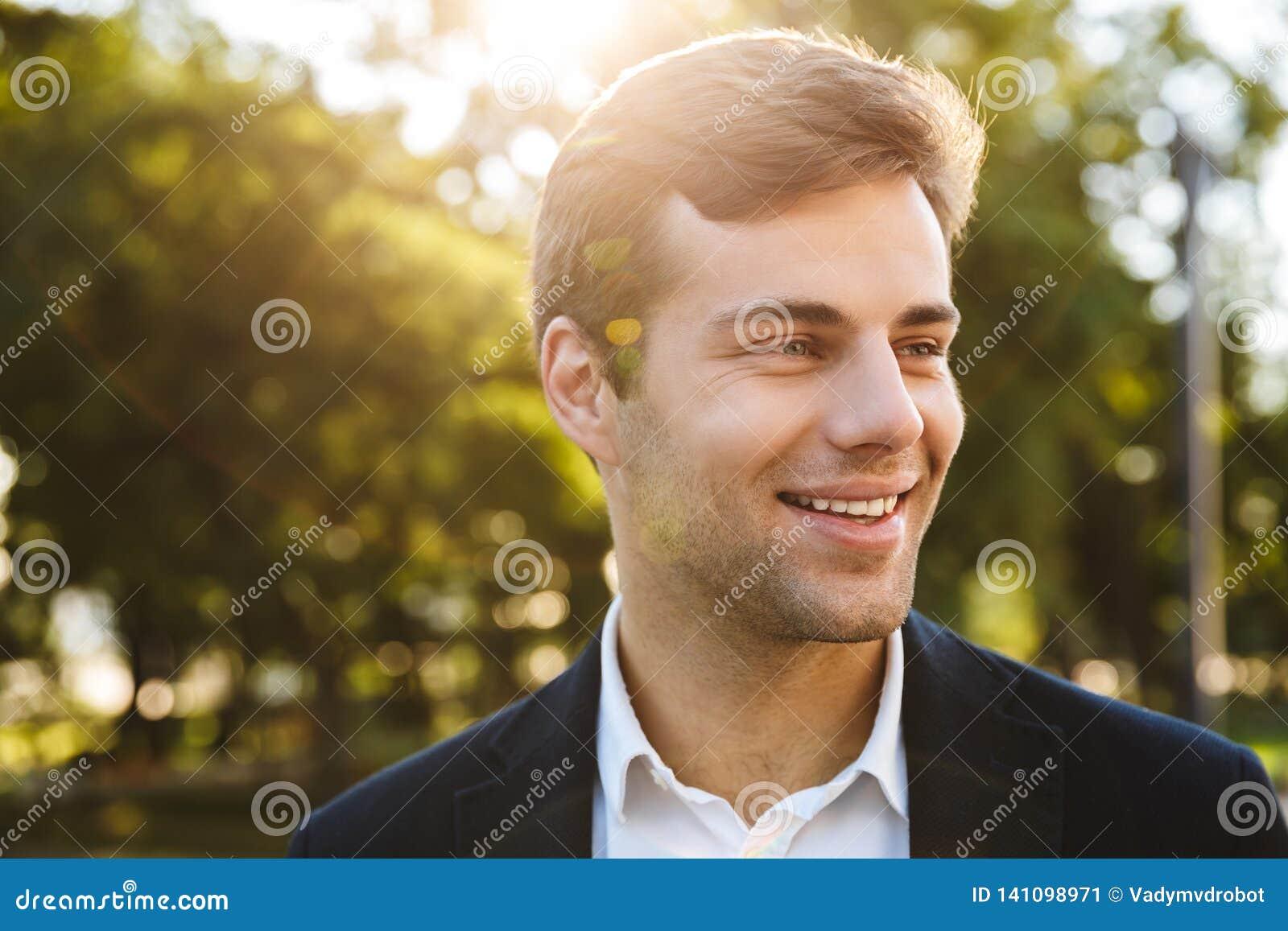 Sluit omhoog van het glimlachen het jonge bedrijfsmens lopen