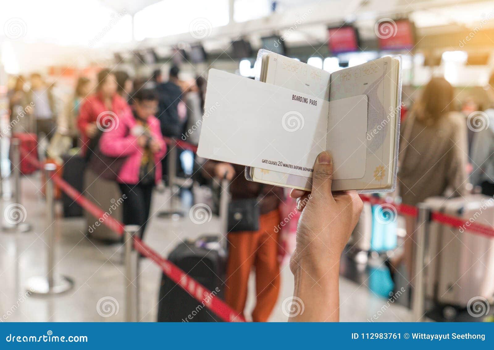 Sluit omhoog van het jonge paspoort van de vrouwenholding en de lege instapkaart bij luchthaven verzet zich ontvangst tegen gebie
