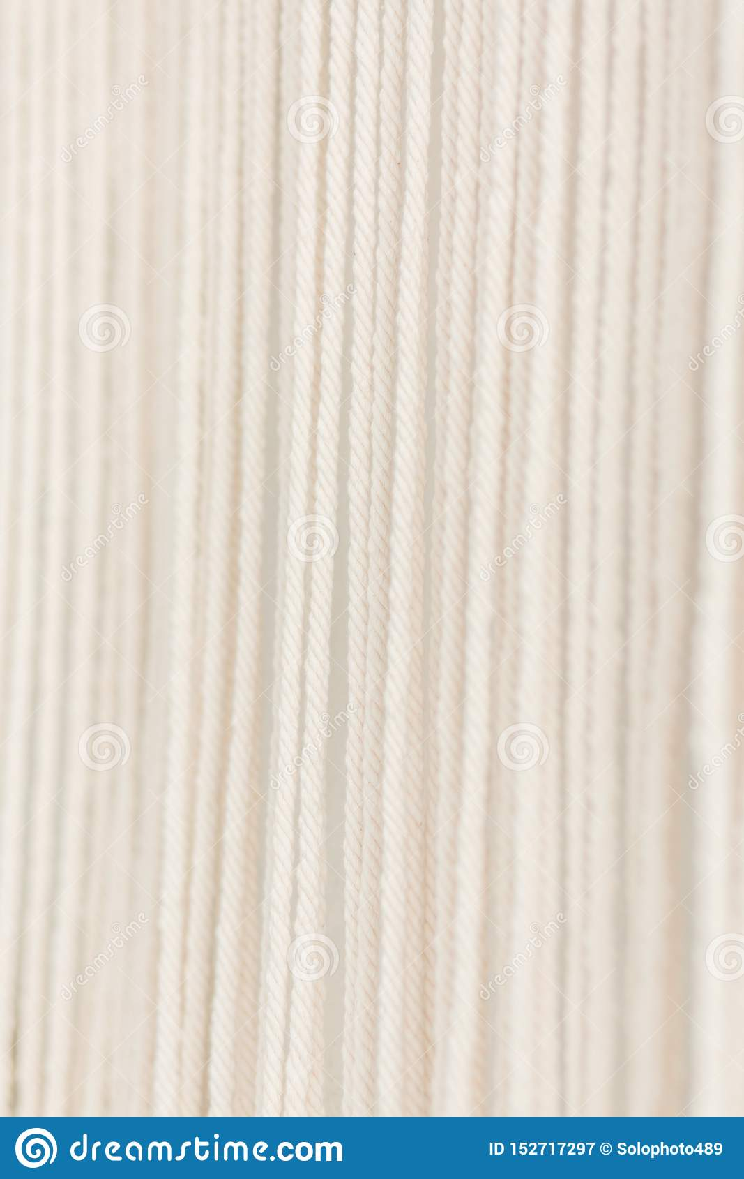 Sluit omhoog van van het katoenen het garen macramépaneel in een minimalistic Skandinavische muur Textuur Achtergrond
