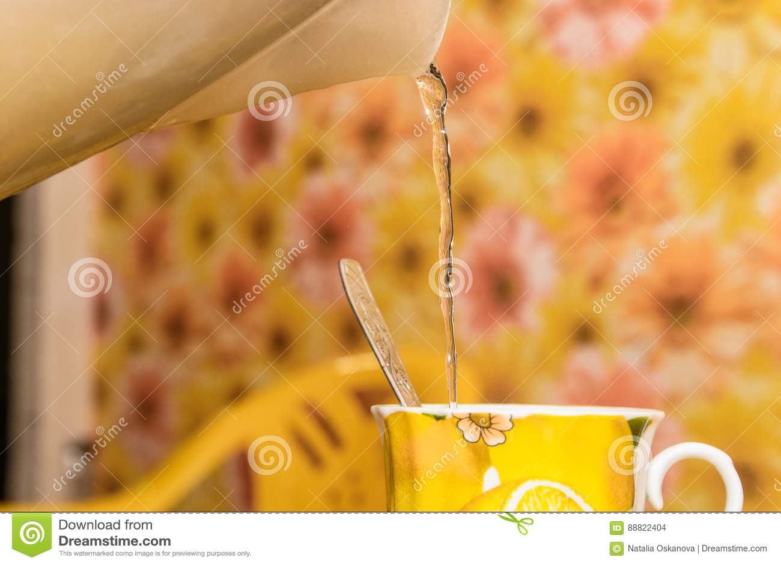 Sluit omhoog van het maken van een kop thee