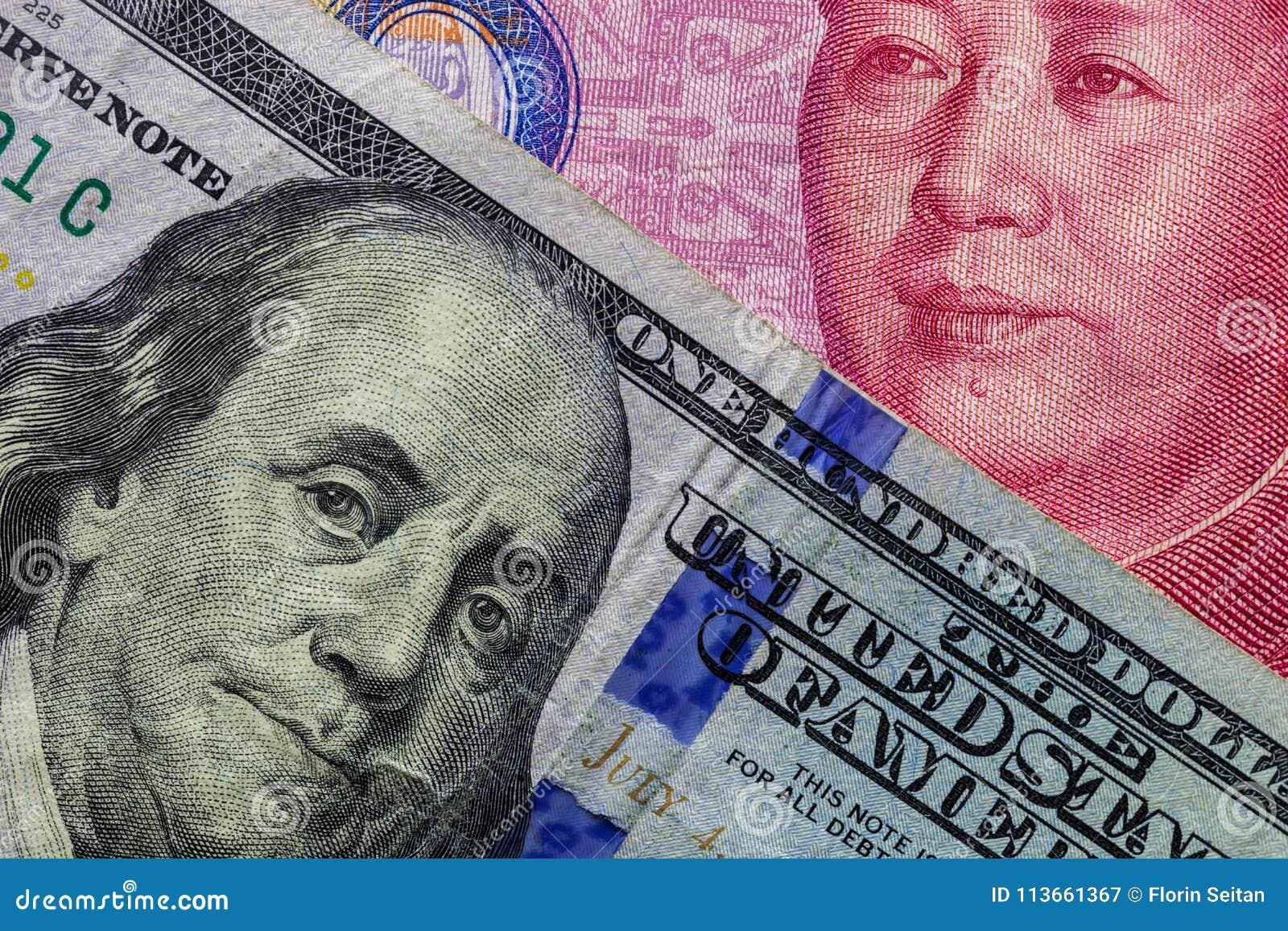 Sluit omhoog van honderd Dollarbankbiljet over een 100 Yuansbankbiljet met nadruk op portretten van Benjamin Franklin en Mao tse-