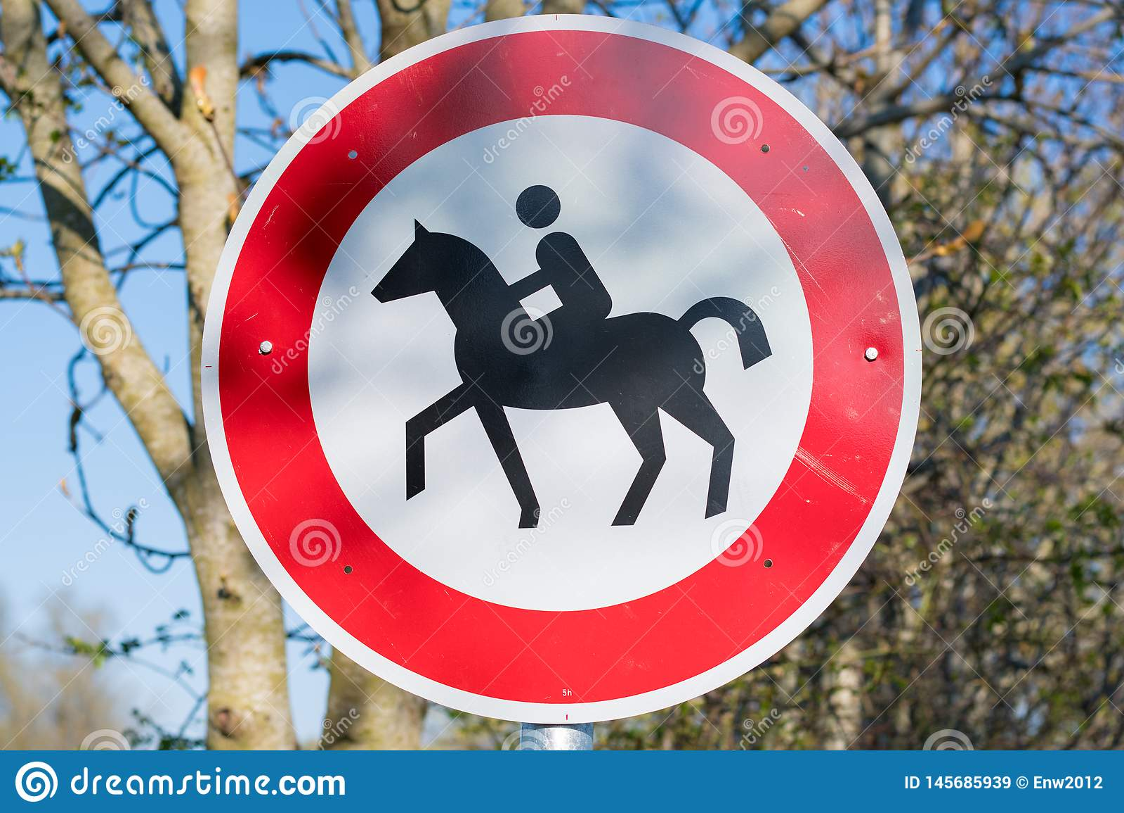 Sluit omhoog van horseback die belemmerd teken in noordelijk deel van Duitsland berijden