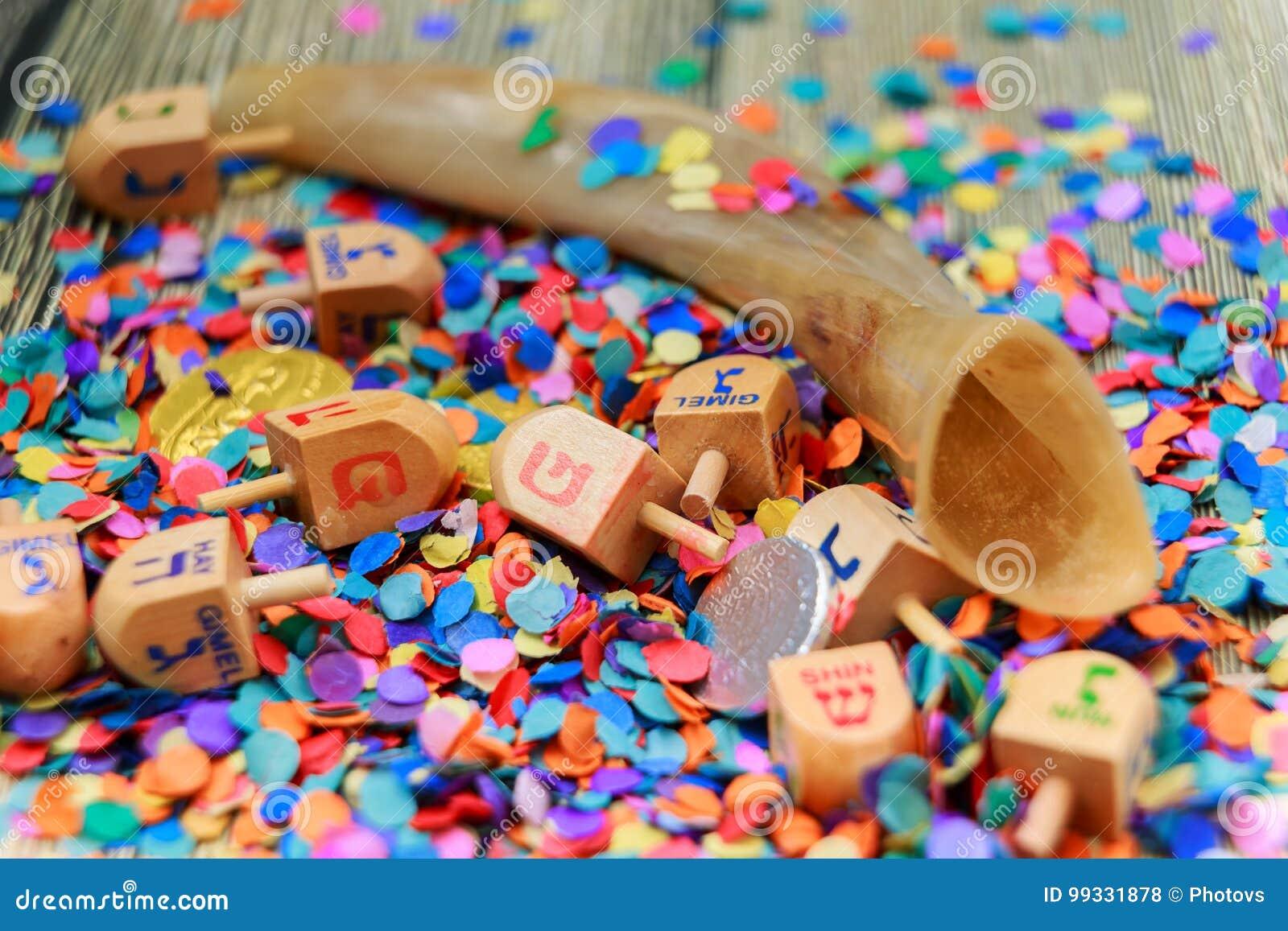 Sluit omhoog van hout dreidels en chocolademuntstukken voor Chanoekaviering Kappen na woorden