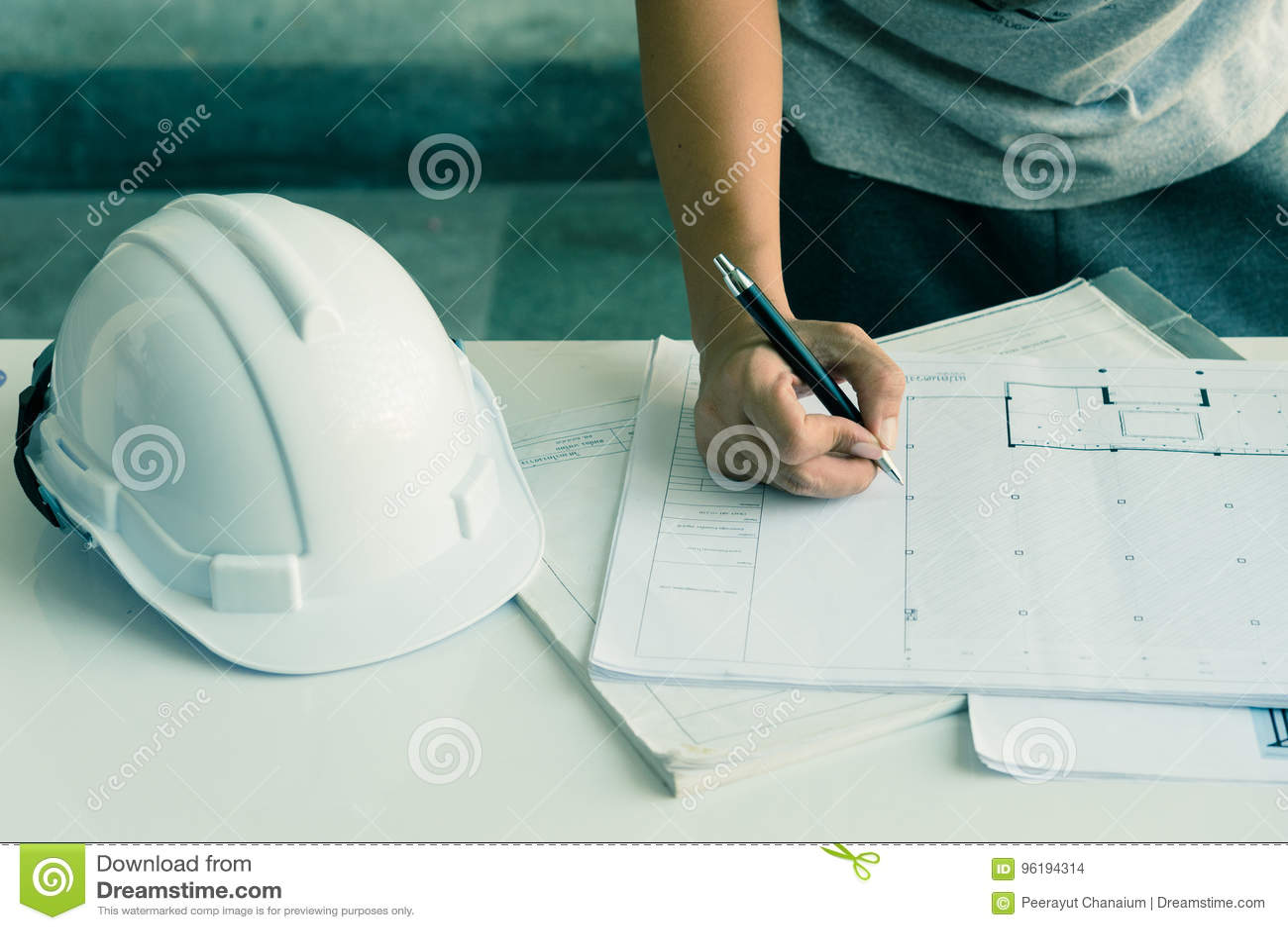 Sluit omhoog van ingenieurshanden die aan lijst werken, hij de schets van het tekeningsproject in bouwwerf of bureau