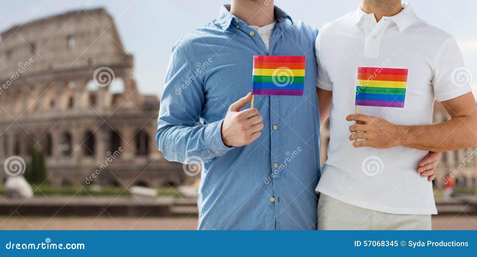 Sluit omhoog van mannelijk vrolijk paar met regenboogvlaggen
