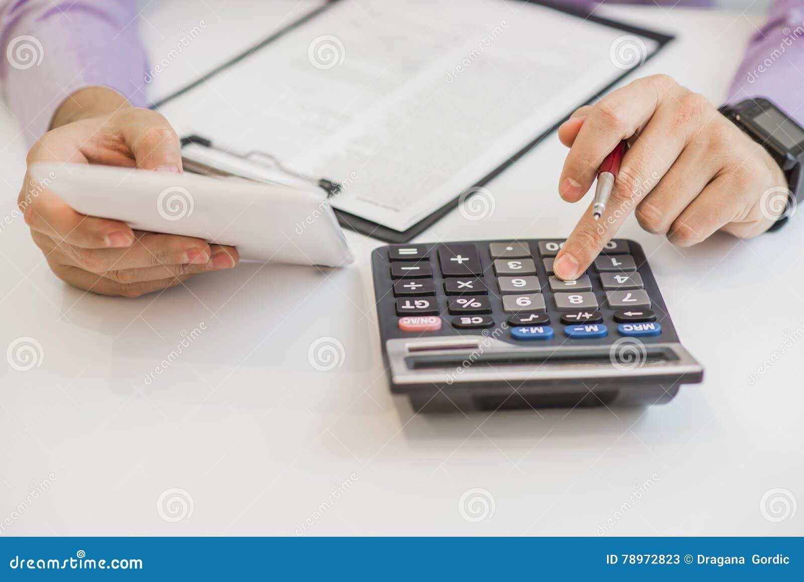 Sluit omhoog van mannelijke accountant of bankier die berekeningen maken Besparingen, financiën en economieconcept