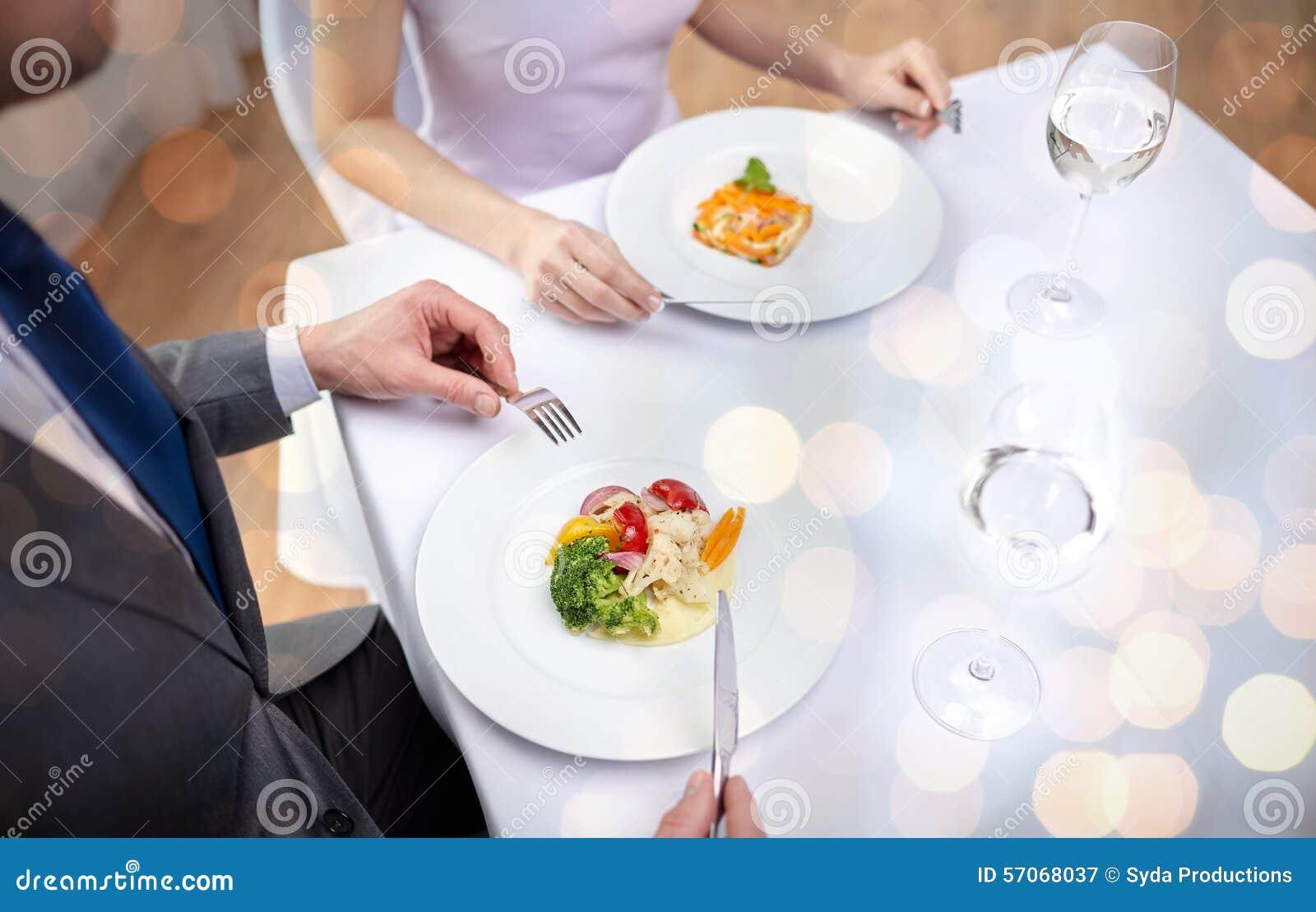 Sluit omhoog van paar die voorgerechten eten bij restaurant