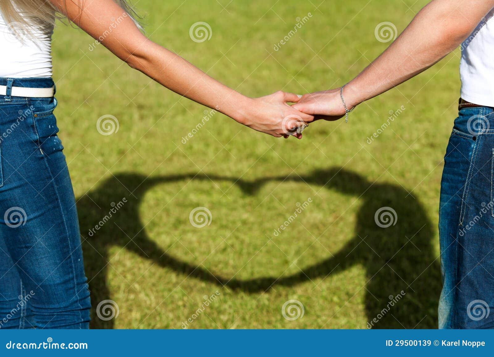 Sluit omhoog van parenhanden samen met liefdeteken.