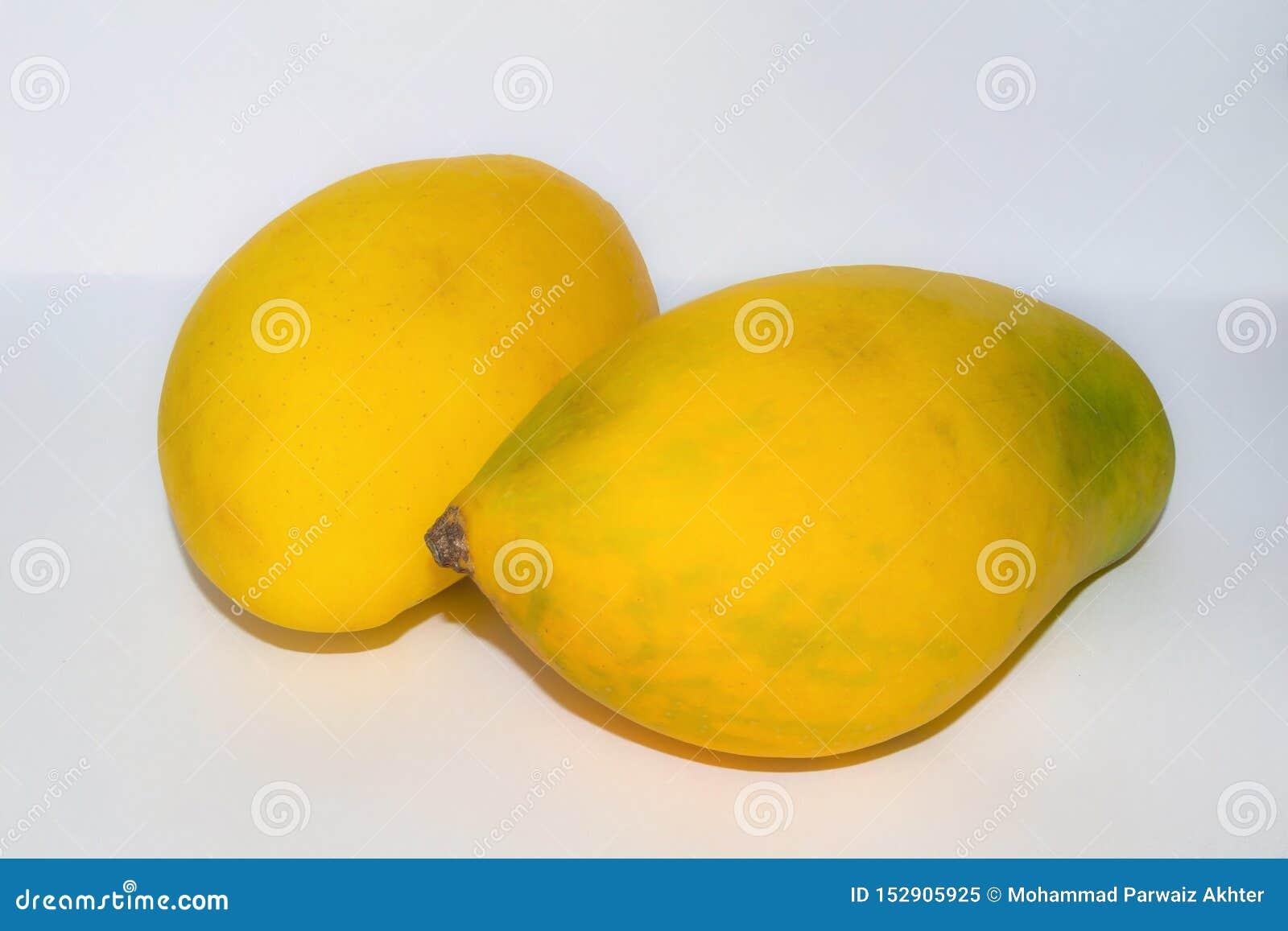 Sluit omhoog van twee verse rijpe mango s