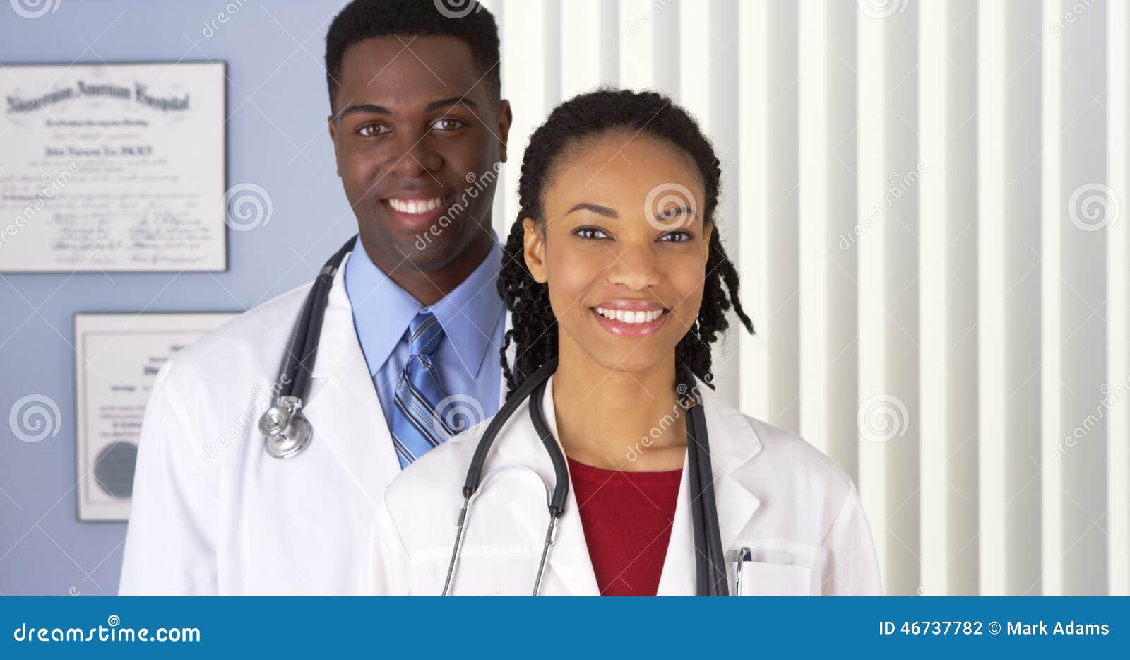 Sluit omhoog van van glimlachende Afrikaanse Amerikaanse artsen