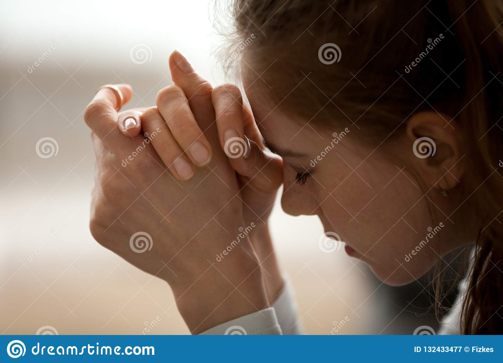 Sluit omhoog van verstoord wijfje voelen gefrustreerd met slecht nieuws