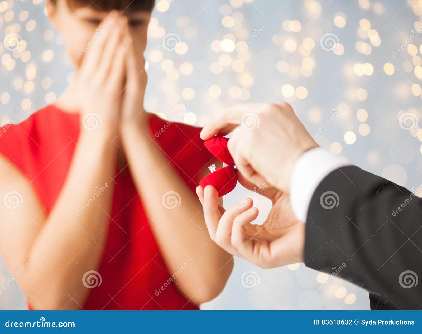 Sluit omhoog van vrouw en de mens met verlovingsring
