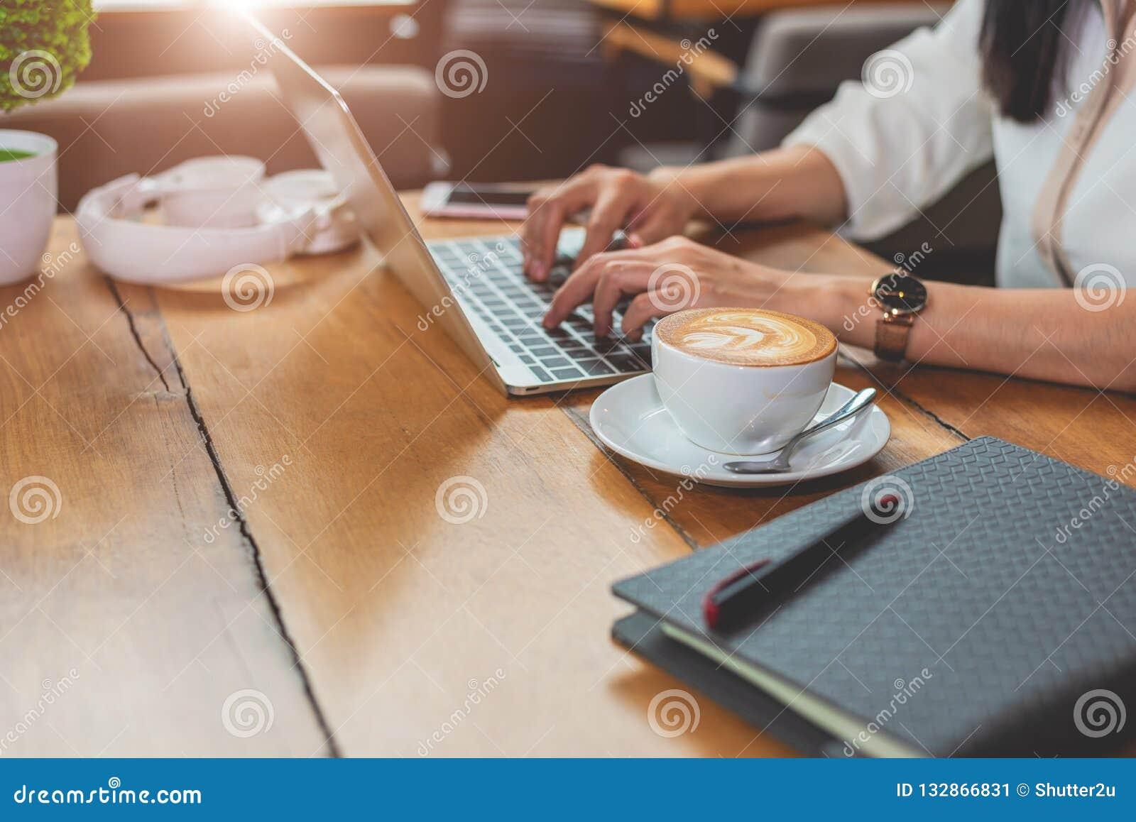 Sluit omhoog van vrouw het typen toetsenbord op laptop in koffiewinkel peop