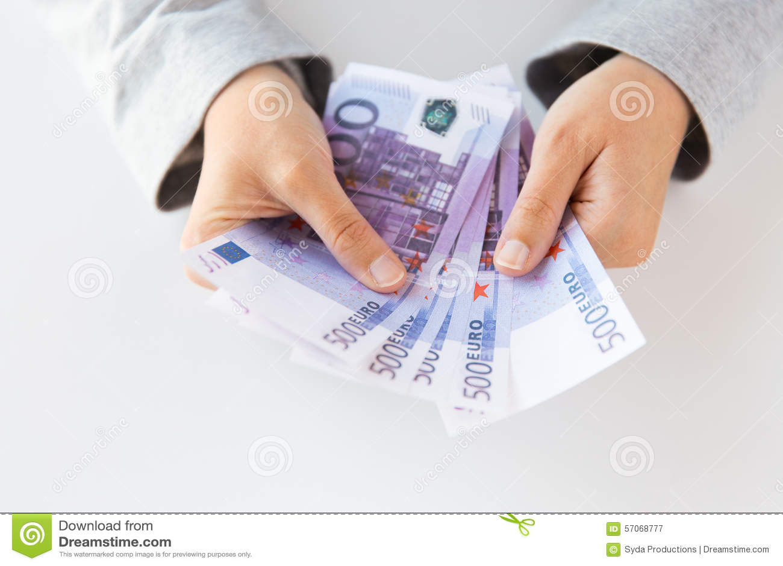 Sluit omhoog van vrouwenhanden die euro geld tellen
