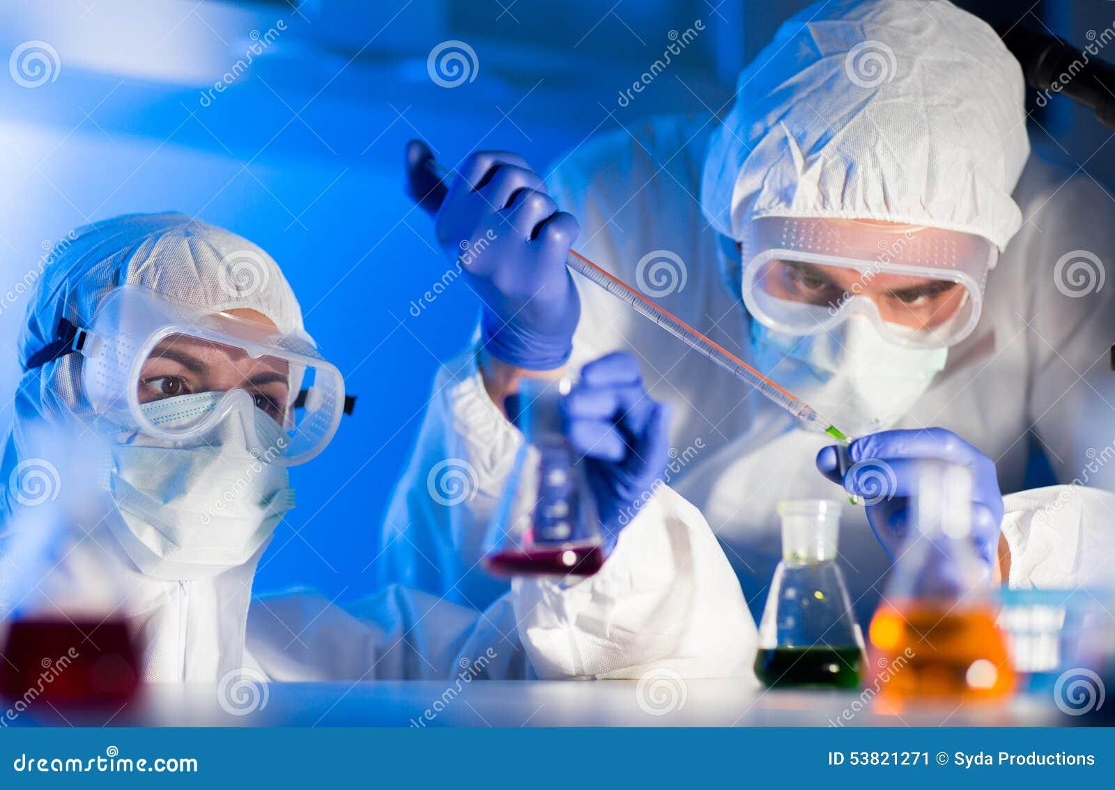 Sluit omhoog van wetenschappers die test in laboratorium maken