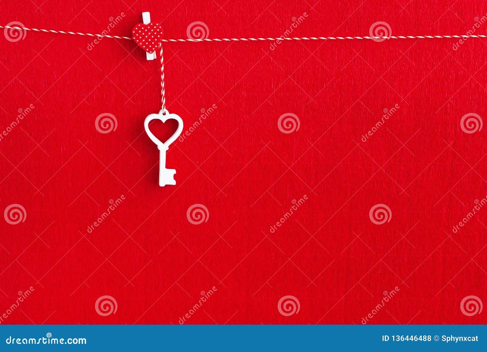 Sluit omhoog van Witte houten sleutel op rode document achtergrond