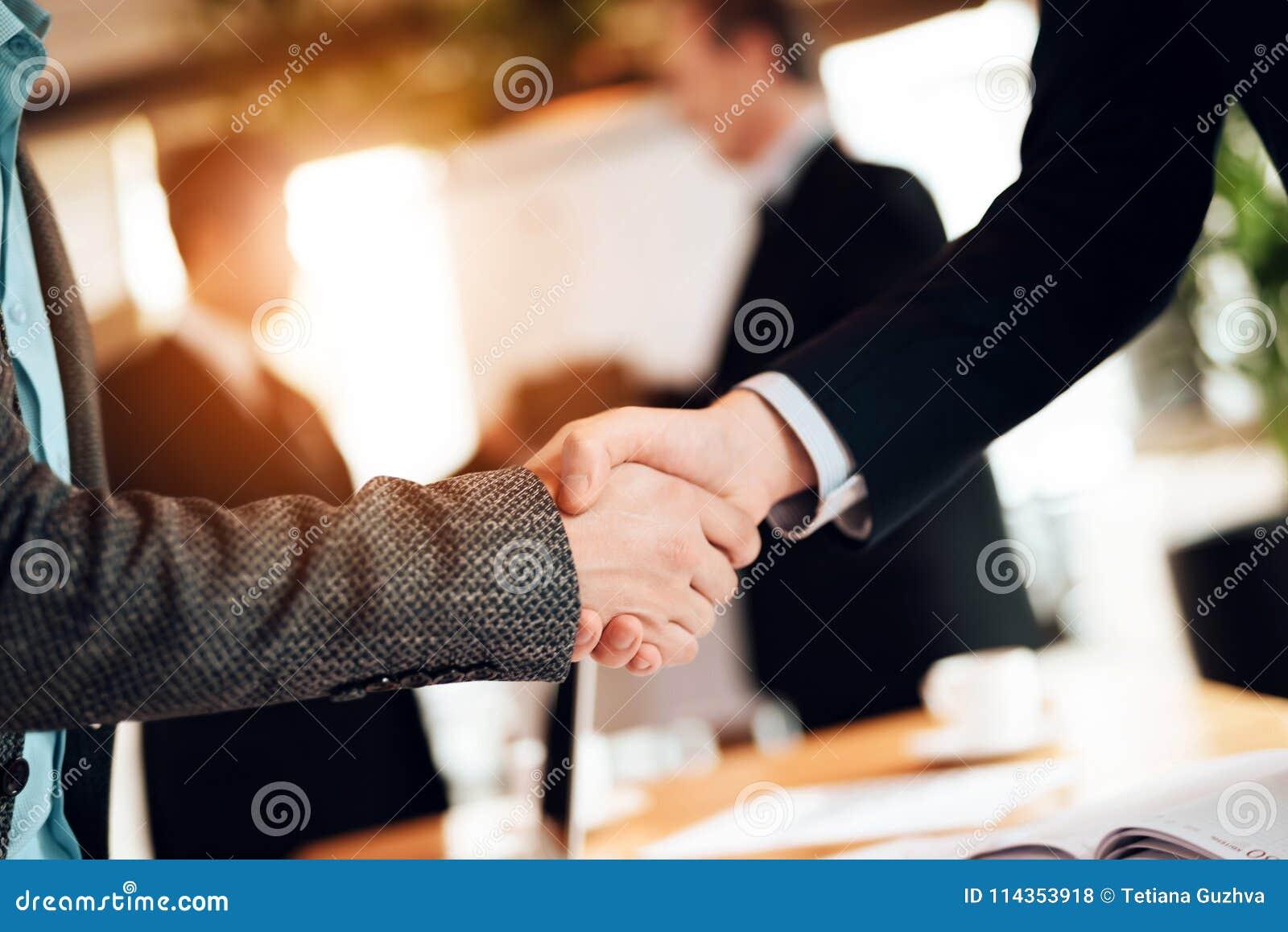 Sluit omhoog Vergadering met Chinese zakenlieden in bureau De mensen schudden handen