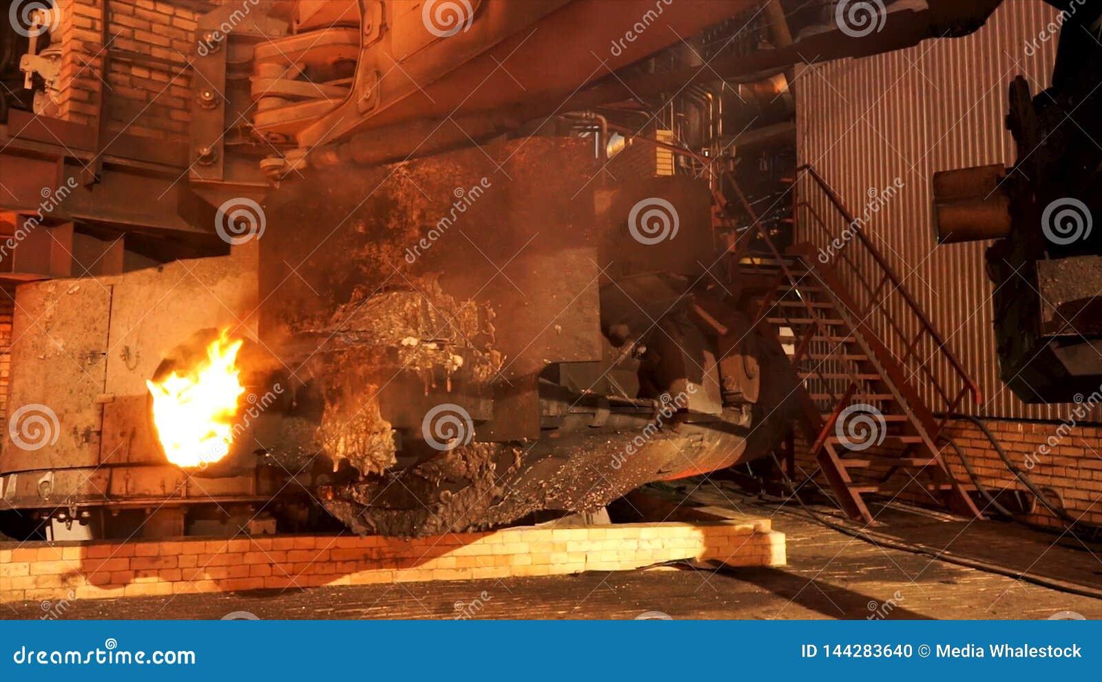 Sluit omhoog voor het materiaal bij de metallurgische installatie met het branden van oven smeltend staal Voorraadlengte Winkel b