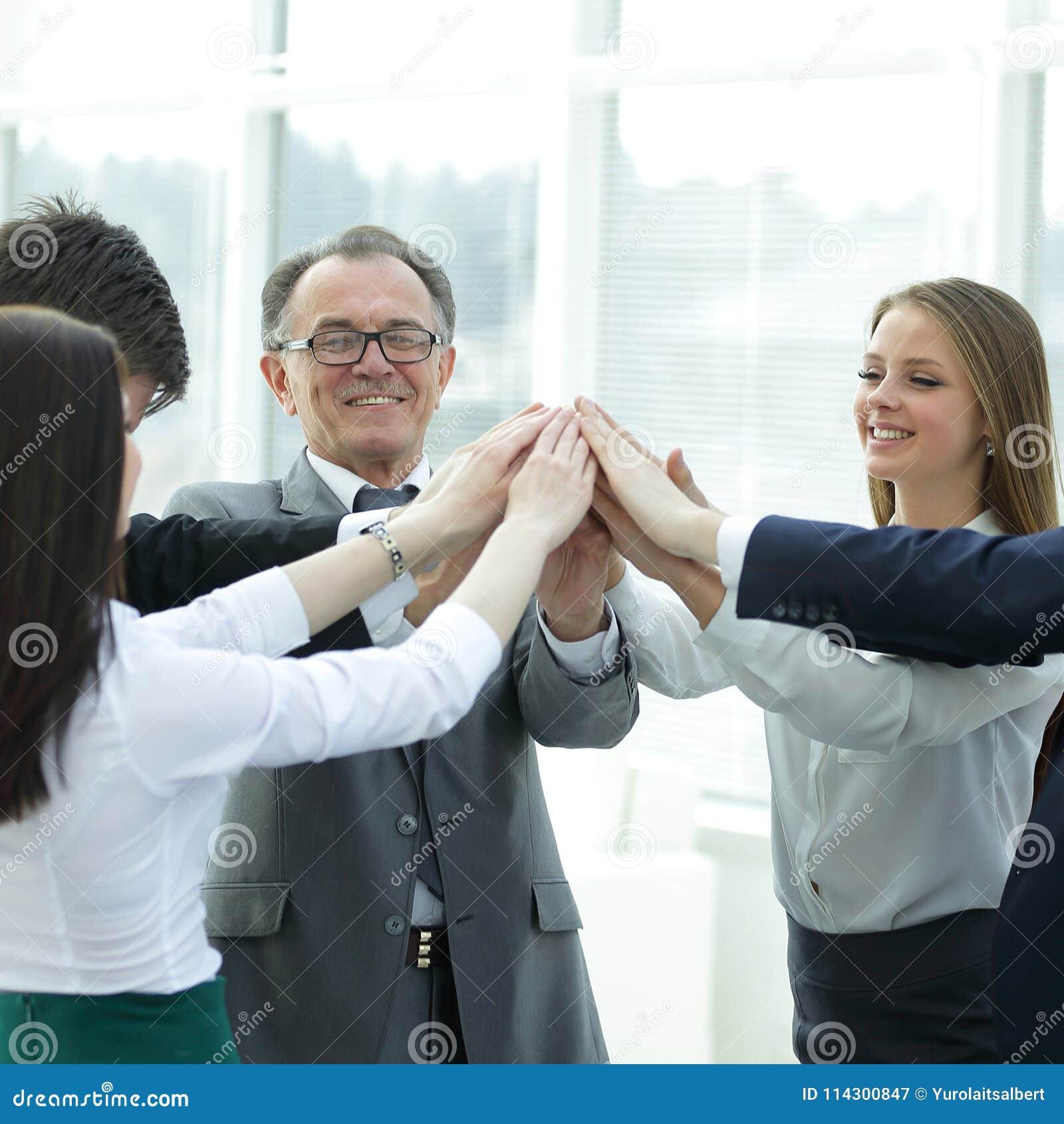 Sluit omhoog werkgever en het commerciële team toetreden overhandigt togethe