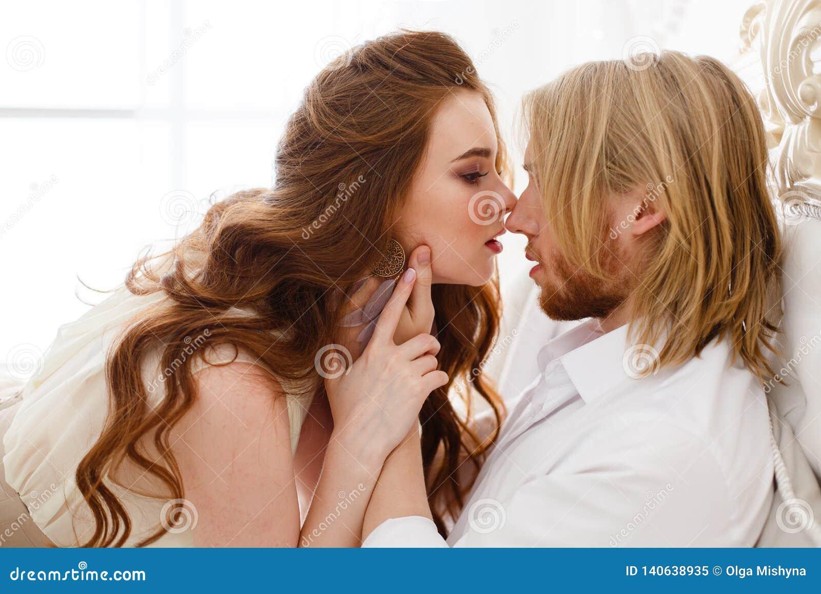 Sluit omhoog zachte kus en omhelzingen Verzacht omhelzingen en wat betreft van de jonge mens en vrouw