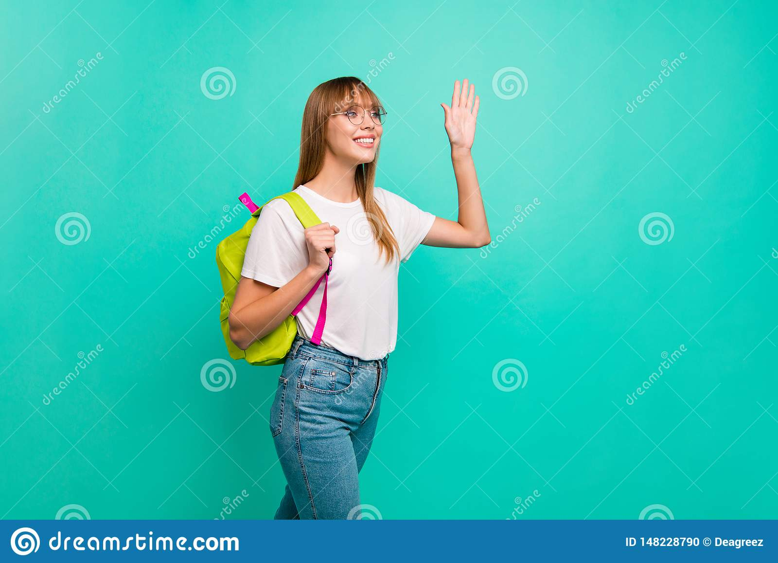 Sluit omhoog zij mooie profielfoto zij haar dame de moderne rugzak die klasgenoten groupmates klassen ontmoet die lucht golven ga