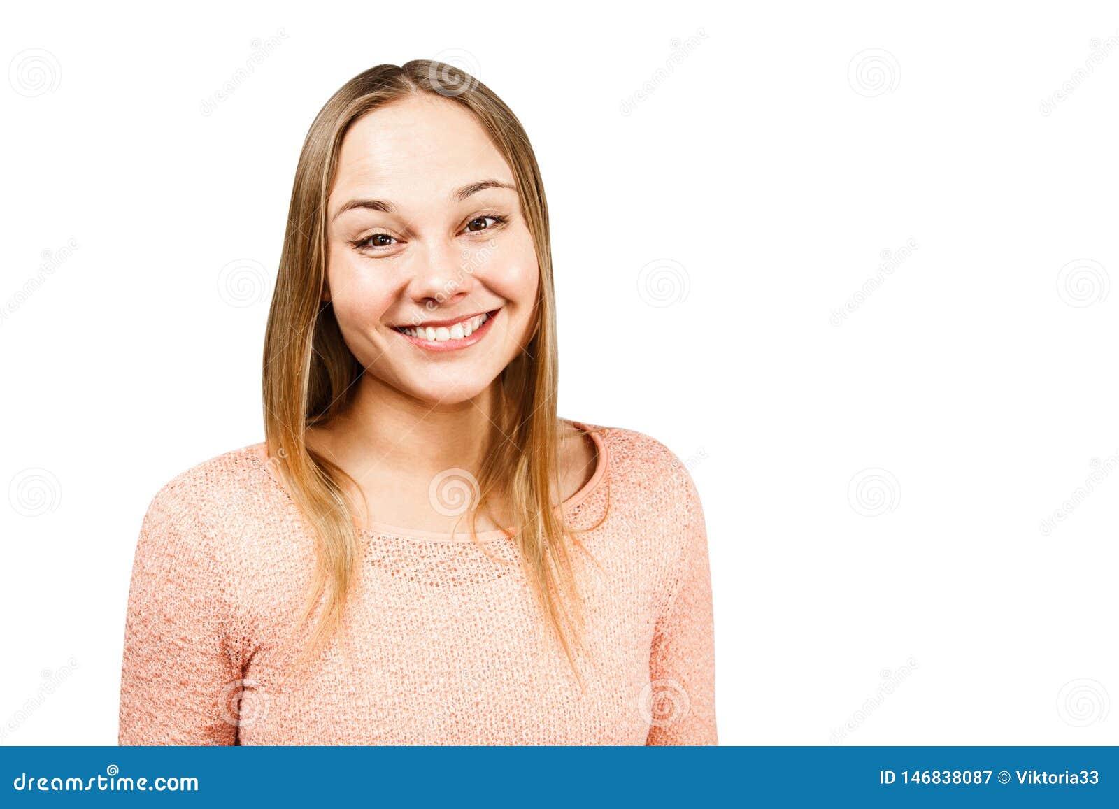 Sluit portret van mooie glimlachende jonge vrouw in een beige die overhemd, op een witte achtergrond omhoog wordt ge?soleerd whth