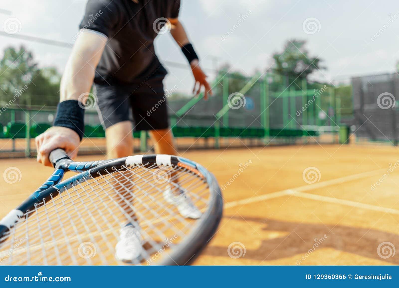 Sluit van de racket van de mensenholding bij rechts en afstraffing omhoog een tennisbal