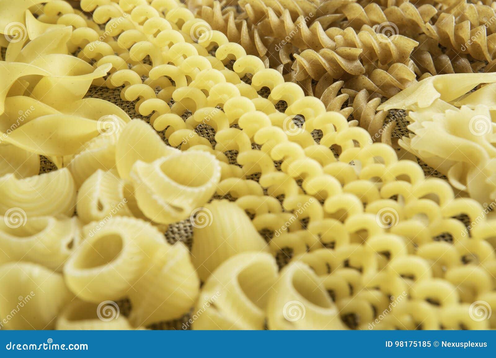 Sluit van ongekookte macaroni Gemengde media