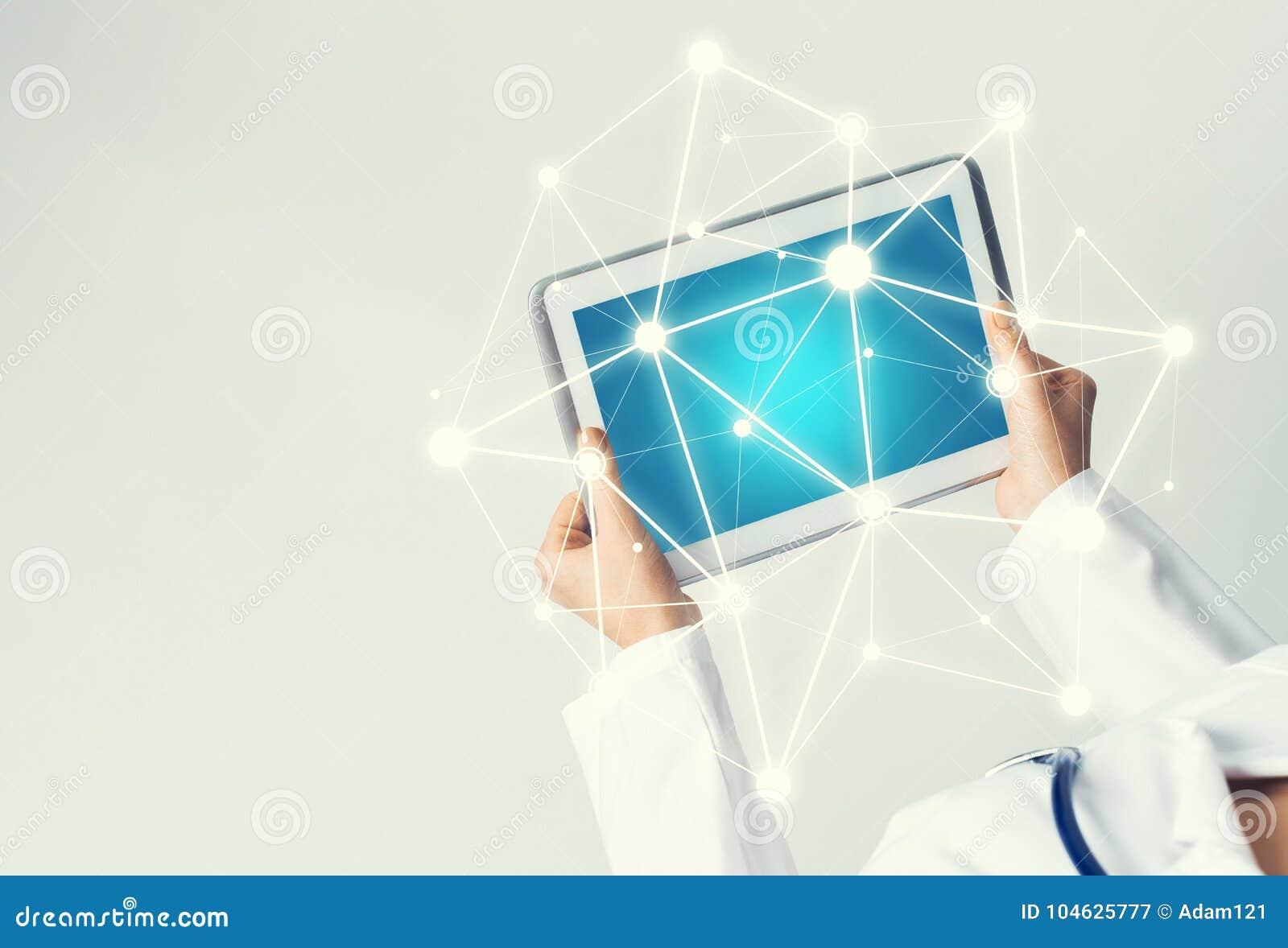 Download Sluit Van Vrouwelijke Artsenhanden Die Met De Computer Van Tabletpc Werken Stock Afbeelding - Afbeelding bestaande uit hand, networking: 104625777