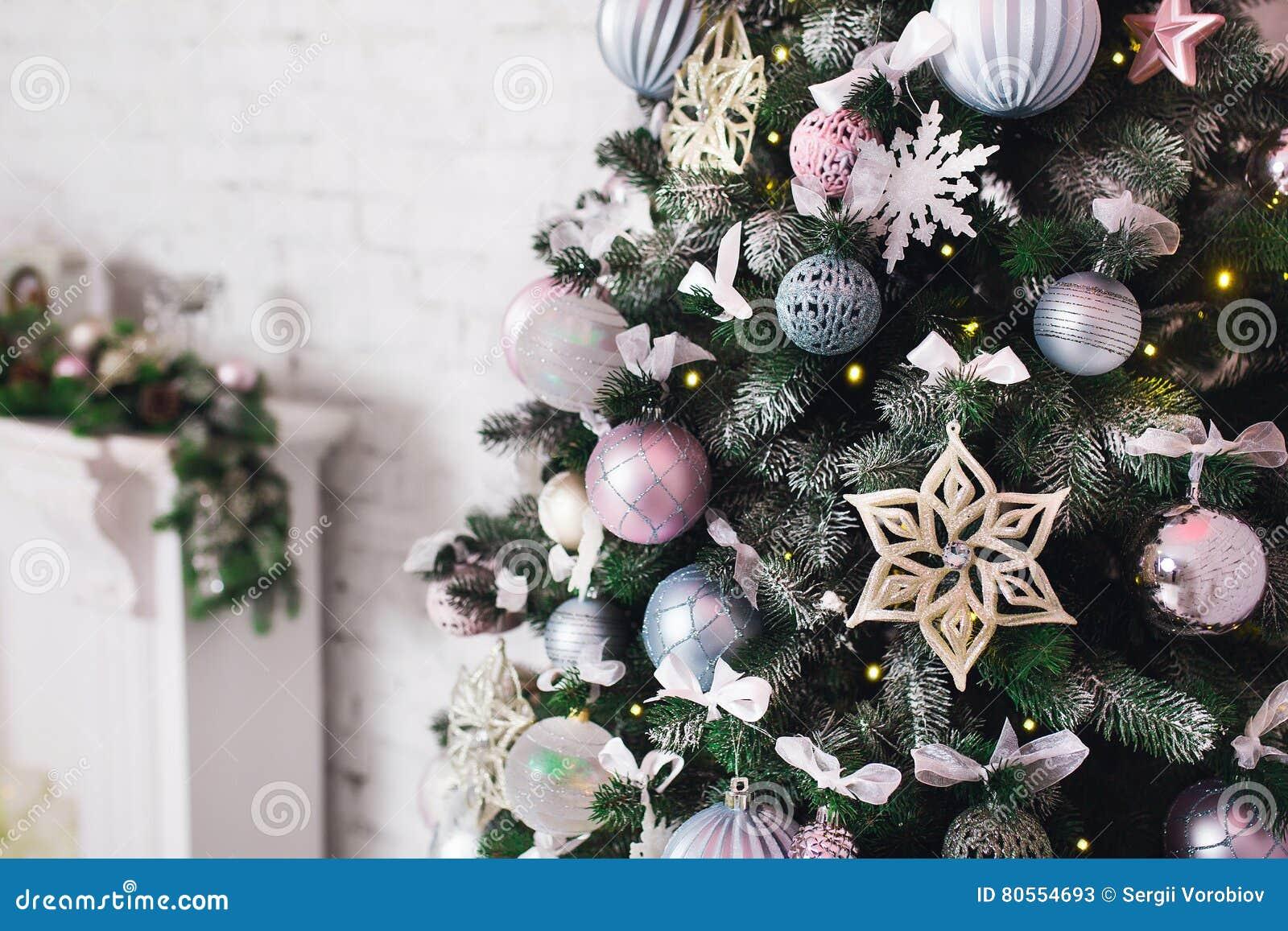 Sluit verfraaide omhoog kerstboom geen mensen huiscomfort van