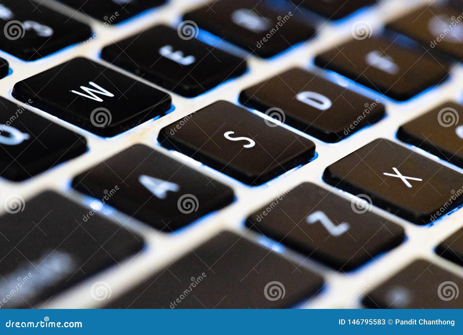 Sluit vlakke toetsenbordlaptop voor vervoeren en uitputten Internet voor mededeling drukknop voor inputgegevens in toetsenbord ov