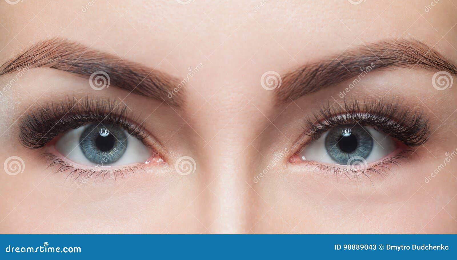 Slut för ögonfransborttagningstillvägagångssätt upp Härlig kvinna med långa snärtar i en skönhetsalong
