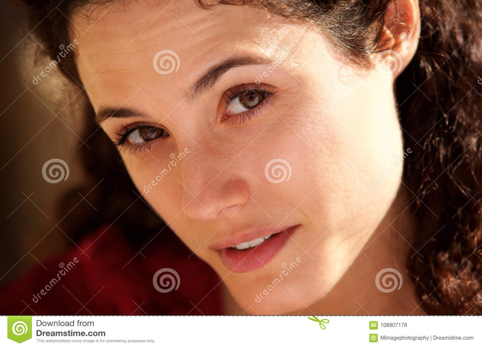 Slut upp attraktivt stirra för ung kvinna