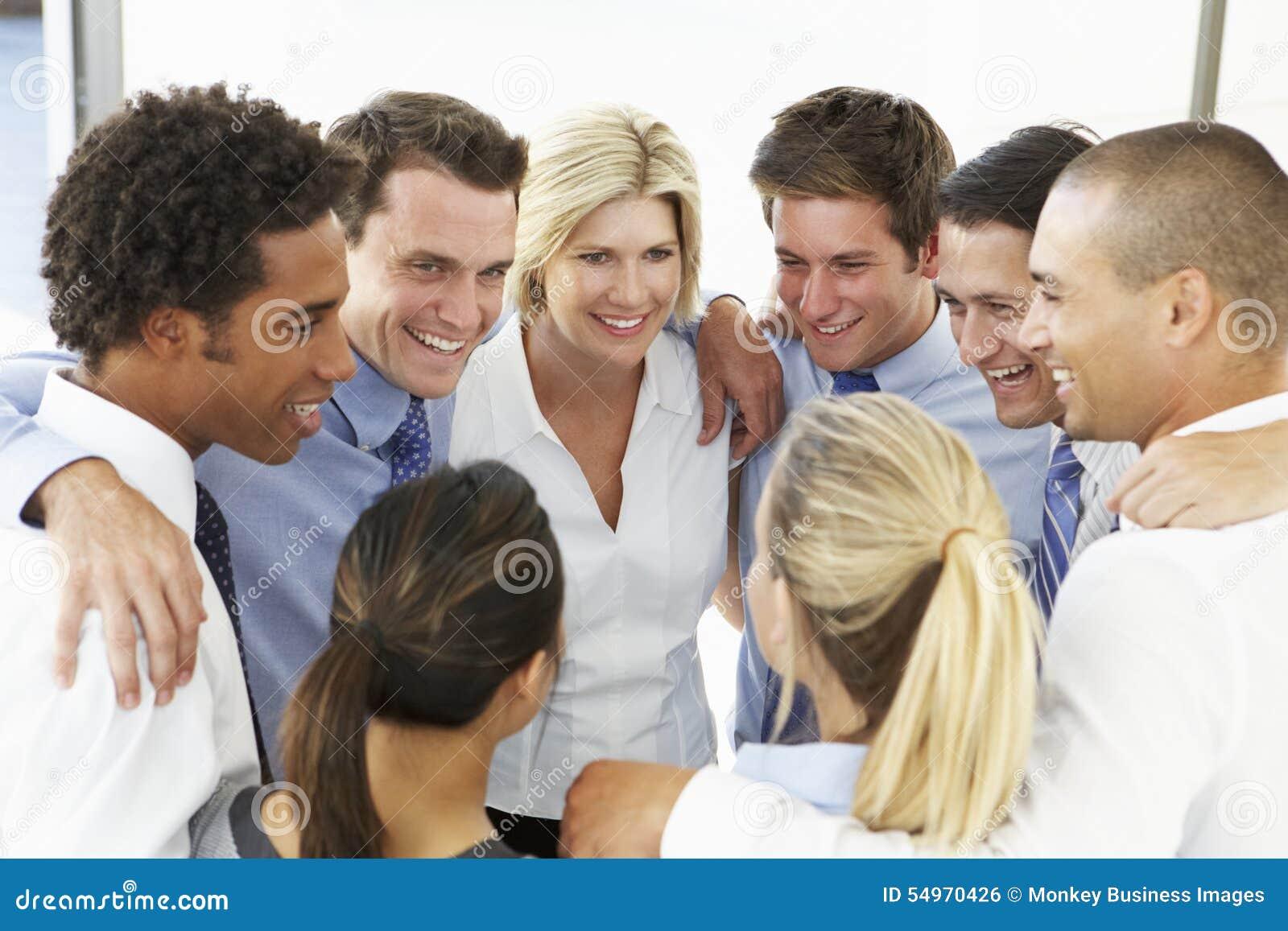 Slut upp av affärsfolk som gratulerar sig i Team Building Exercise