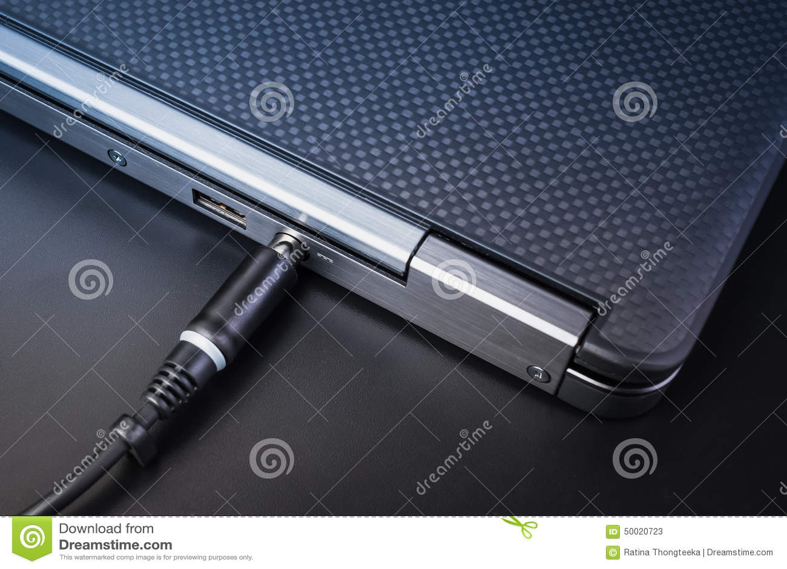 Slut upp av batteriladdningen på bärbar datordatoren med maktproppen
