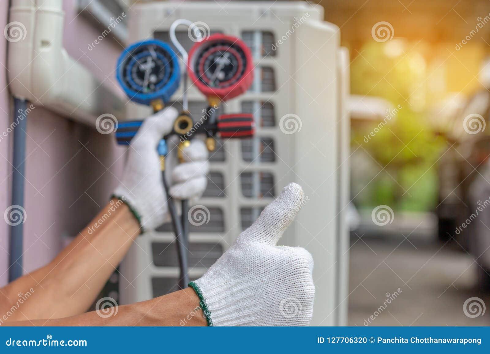 Slut upp av den betingande reparationen för luft, repairman på golvfixien