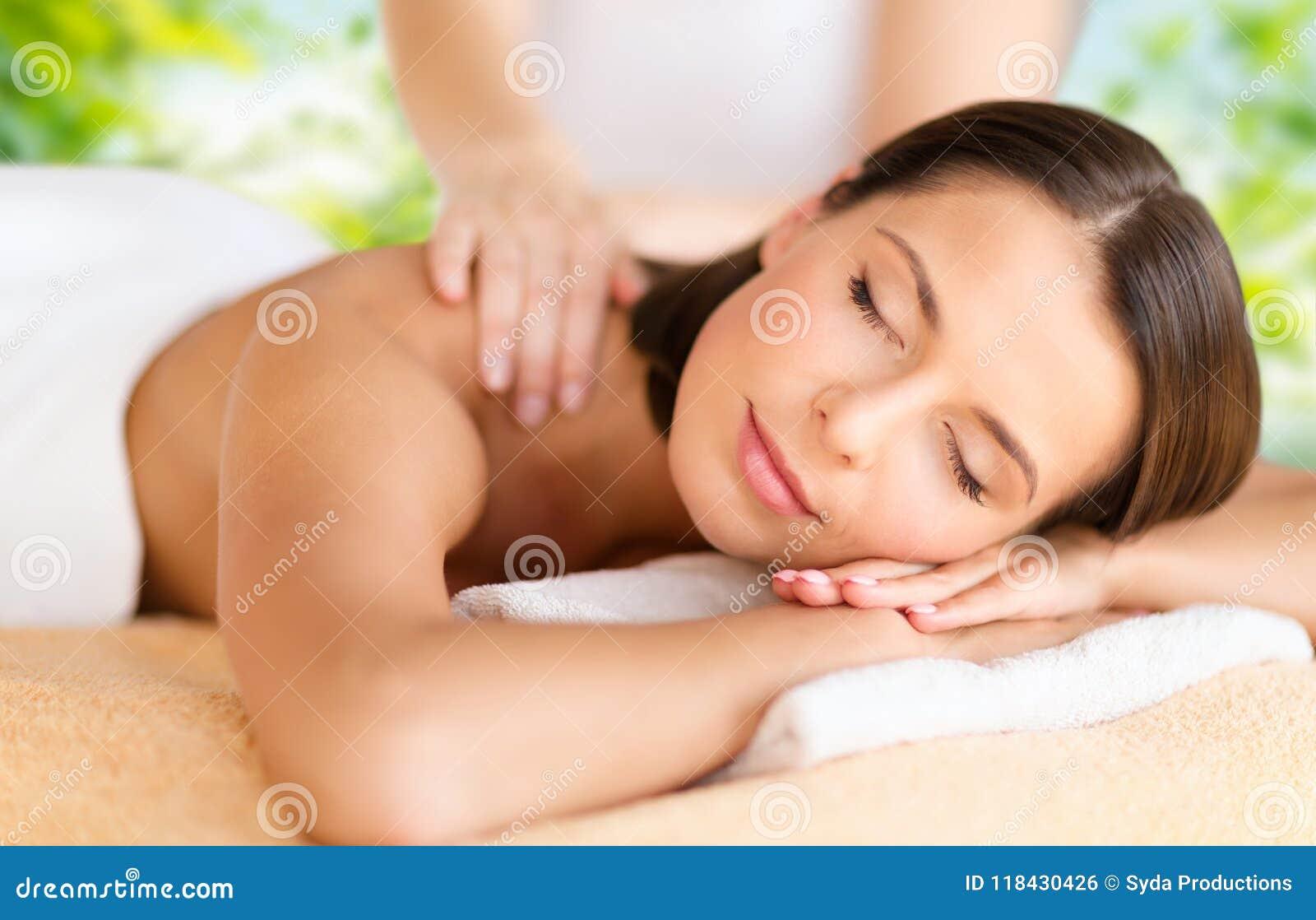 Slut upp av den härliga kvinnan som har massage på brunnsorten