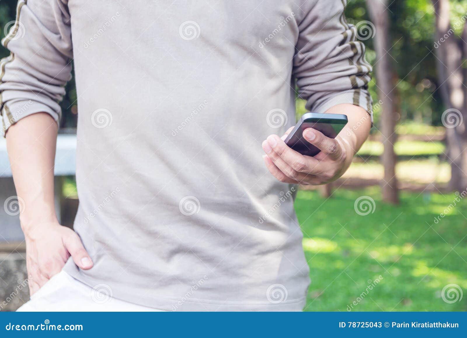 Slut upp av en man som använder den smarta telefonen för mobil