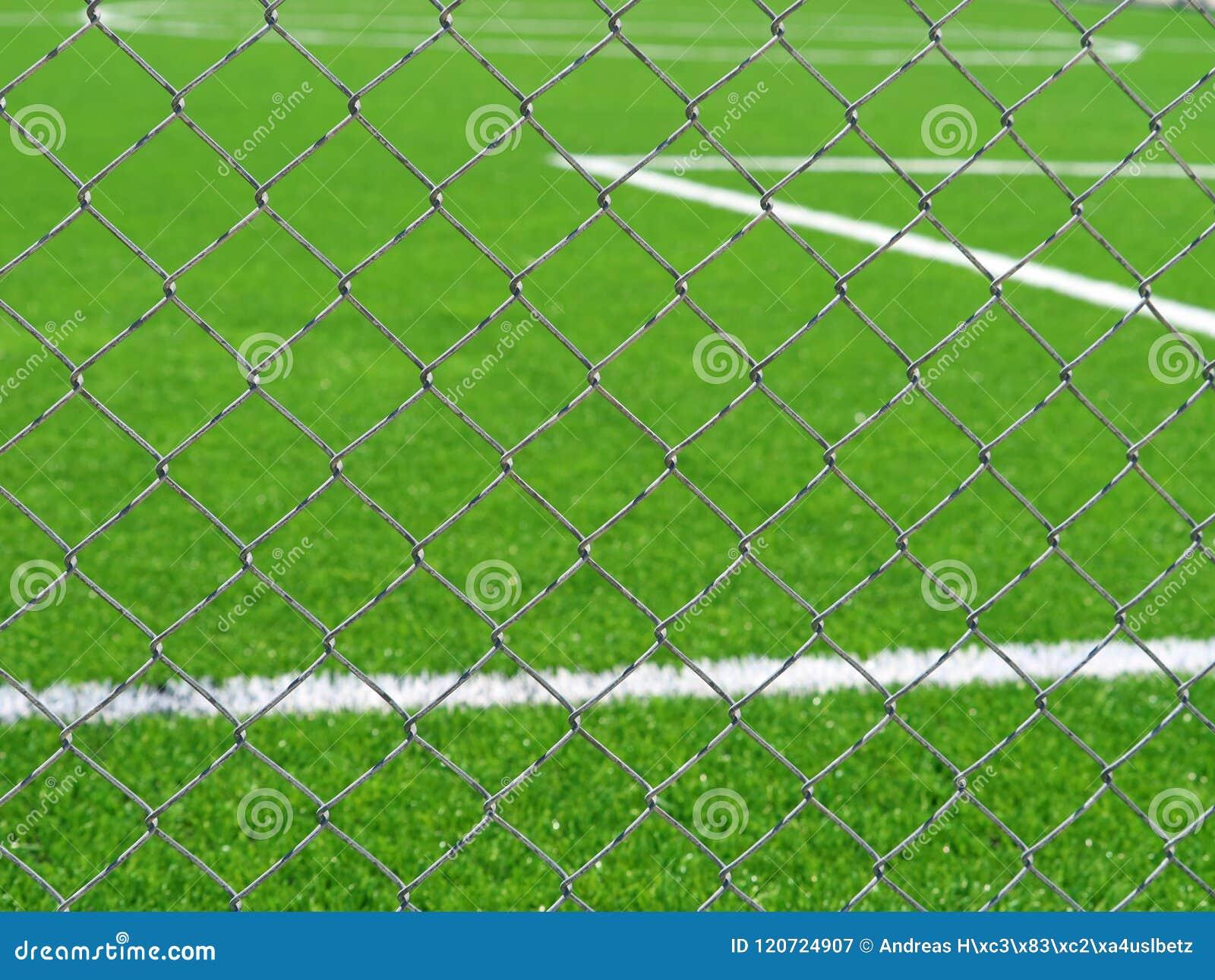 Slut upp av fotbollfältet bak staketet för chain sammanlänkning
