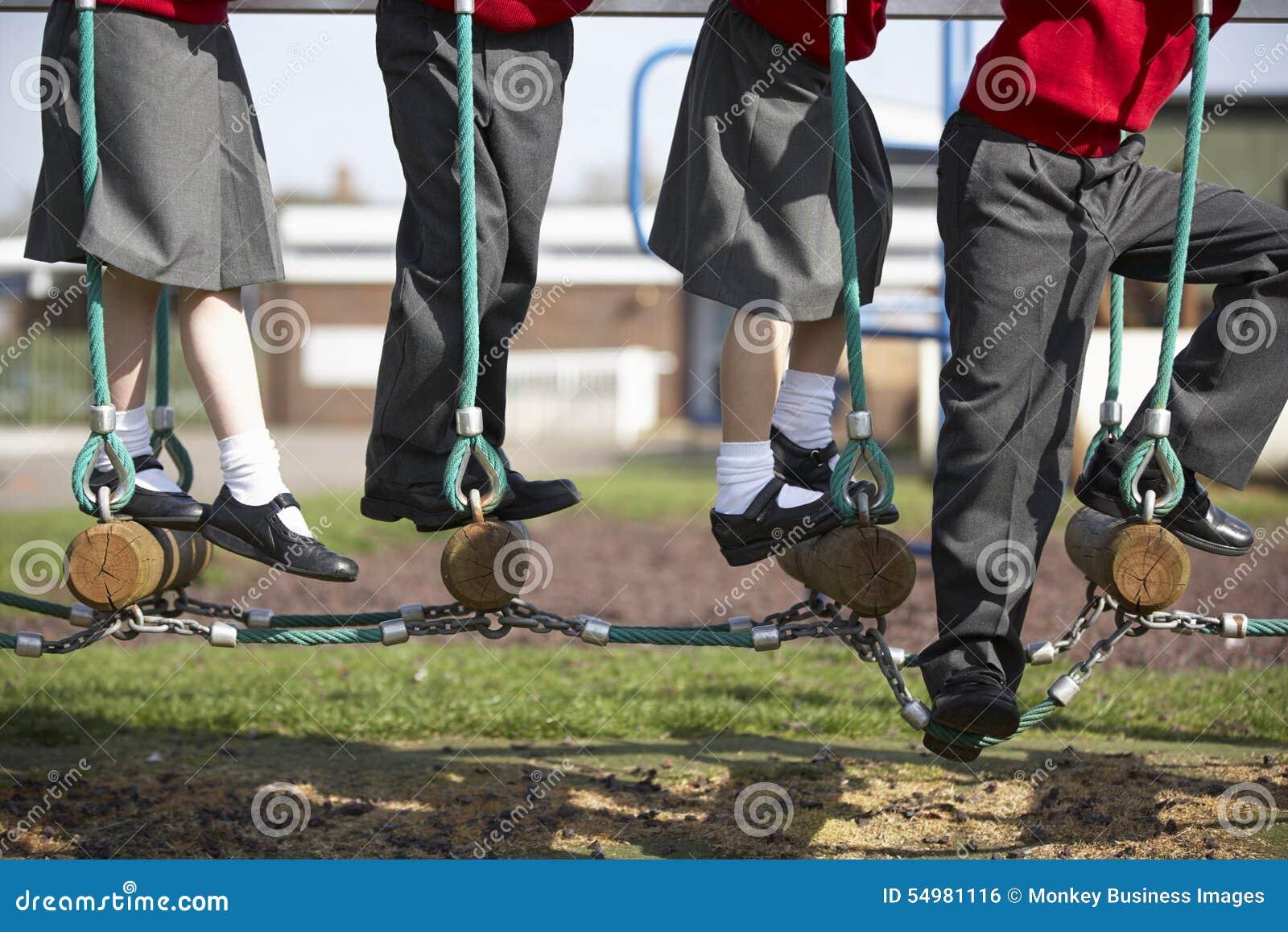 Slut upp av grundskolaelever på klättringutrustning