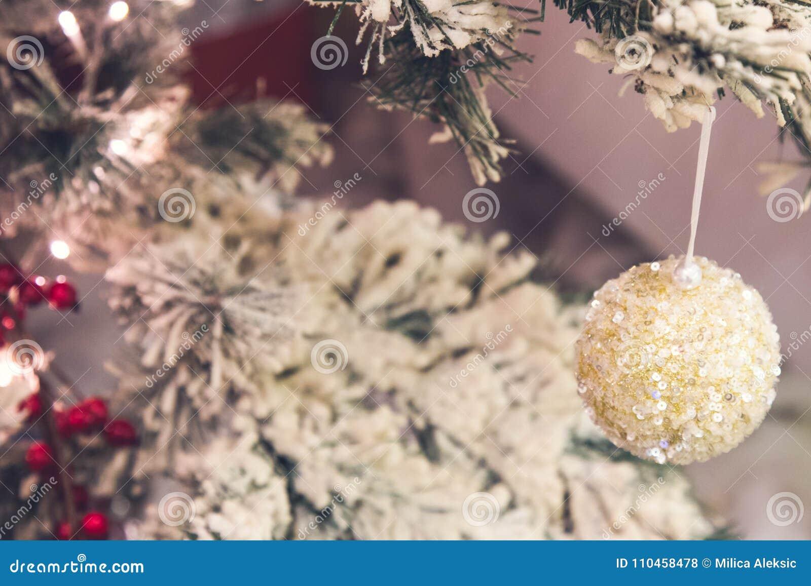 Slut upp av guld- julgrangarneringar