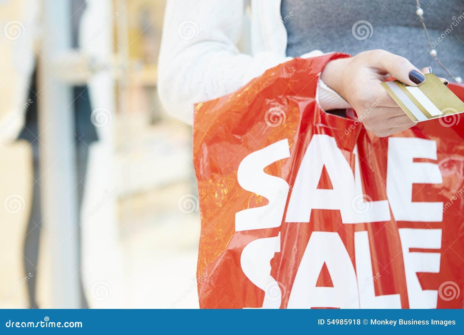 Slut upp av kreditkorten och påsen för shoppare den hållande i galleria