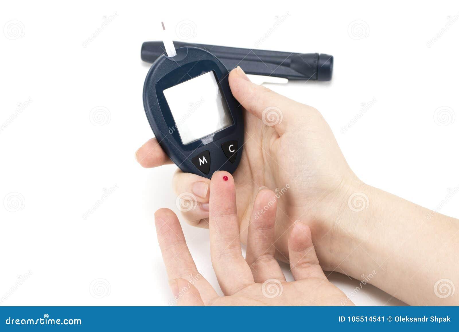 Slut upp av kvinnahänder genom att använda lansetten på fingret för att kontrollera blod su