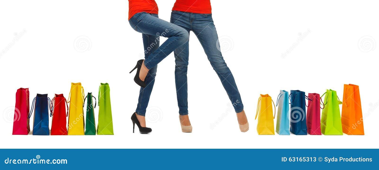 Slut upp av kvinnor med shoppingpåsar