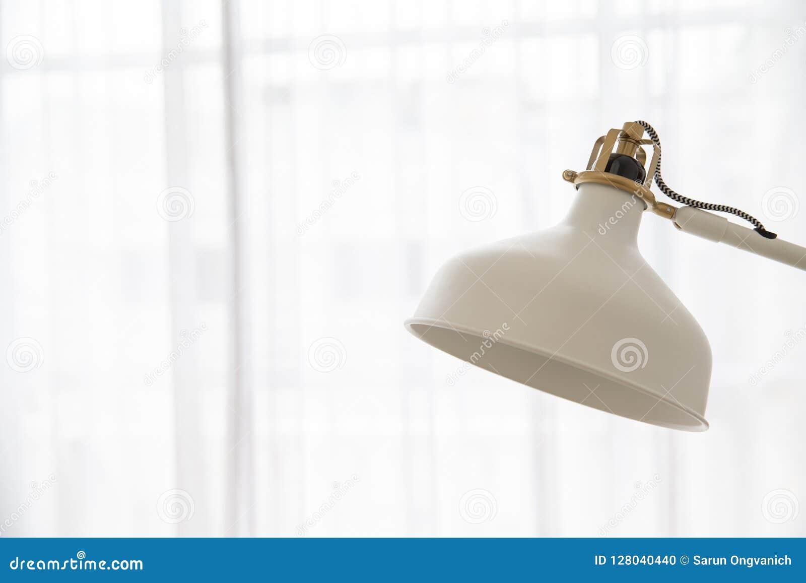 Slut upp av lampan för skrivbord för tappningkräm den justerbara på cu för vitt ljus