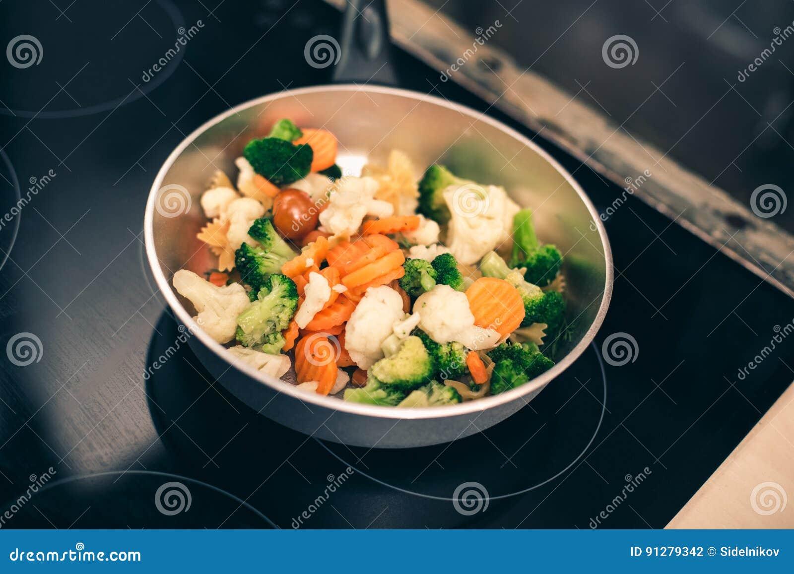 Slut upp av pannan med grönsaken