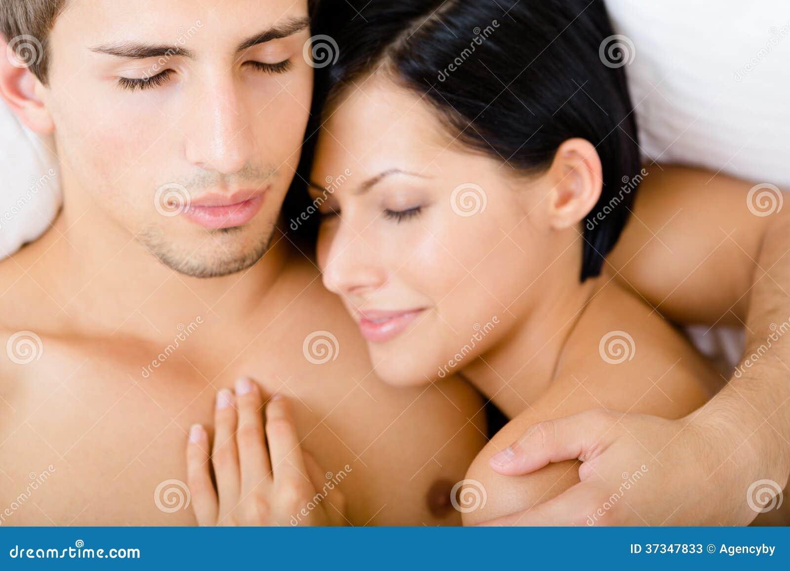 Slut upp av par som sover i säng