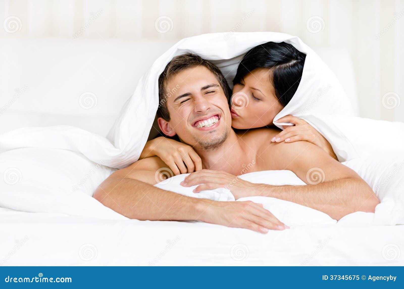 Slut upp av par som spelar i säng